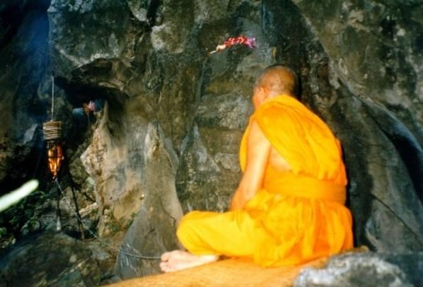 หลวงพ่อหวลนั่งในถ้ำ