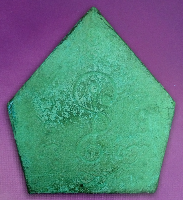พระปิดตา 5 เหลี่ยม ซุ้มลายกนก รุ่นสร้างประตู 2519 จัมโบ้ หลังสีเขียว(นิยม) หลังยันต์ นะ ละ ลวย