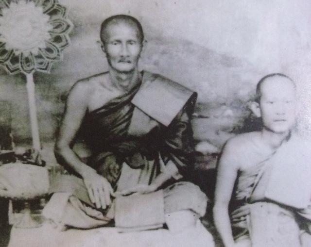 ภาพถ่าย หลวงพ่อเจียม ถ่ายร่วมกับหลวงพ่อครีพ วัดสมถะ ซึ่งเป็นลูกศิษย์