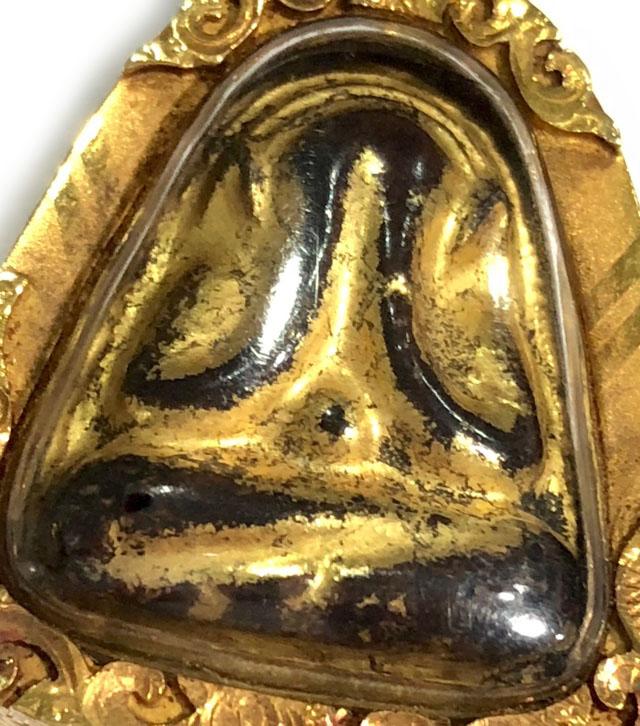 พระปิดตาเนื้อผง หลังยันต์ข้าวหลามตัด หลวงพ่อแก้ว วัดหนองตำลึง ชลบุรี เลี่ยมทอง